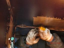 丁寧にケレンで付着した油を削り取っていきます。全ての作業は熟練工の手作業によって行われます。